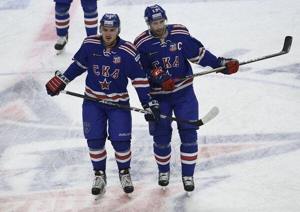 Игроки ХК СКА защитник Динар Хафизуллин (слева) и нападающий Павел Дацюк