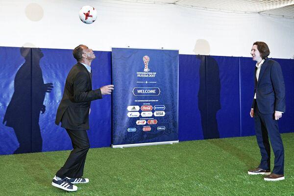 Бразильский футболист Кафу (слева) и российский футболист Алексей Смертин