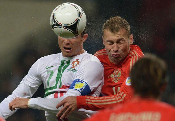 Нападающий сборной Португалии Криштиану Роналду и защитник сборной России Василий Березуцкий (слева направо)