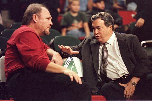 Джерри Краузе (справа), 1998 год