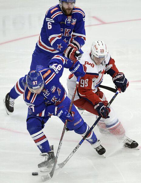Хоккеисты СКА Никита Гусев и Патрик Херсли и нападающий Локомотива Александр Полунин (слева направо)
