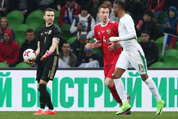 Вратарь сборной России Игорь Акинфеев (слева)