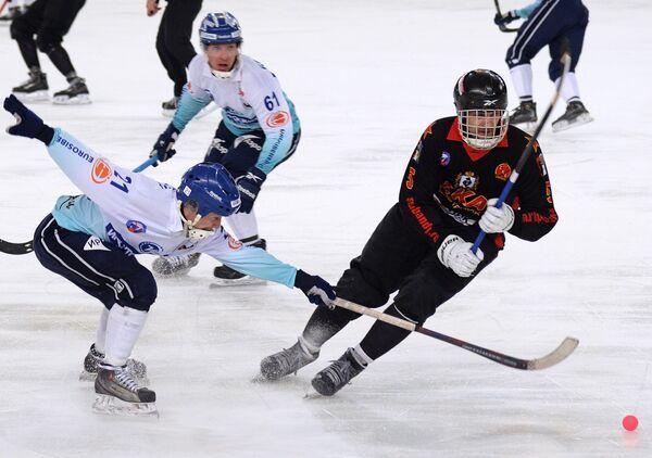 Форвард СКА-Нефтяника Артем Бондаренко, хоккеисты Байкала-Энергии Тимофей Безносов и Павел Дубовик (справа налево)