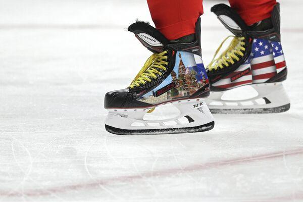 Коньки российского форварда клуба НХЛ Вашингтон Кэпиталз Александра Овечкина с изображением флагов России и США