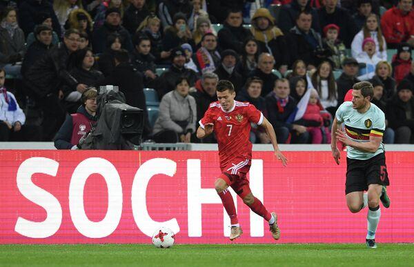 Нападающий сборной России Дмитрий Полоз (слева) и защитник сборной Бельгии Ян Вертонген