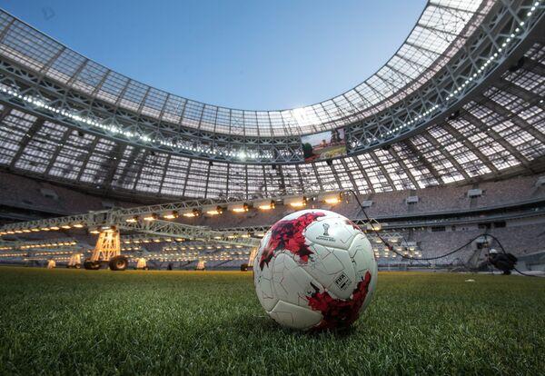Футбольный мяч Krasava на поле реконструируемой Большой спортивной арены Лужники