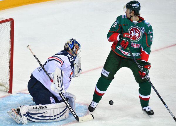 Нападающий Ак Барса Михаил Глухов (справа) и вратарь Металлурга Василий Кошечкин