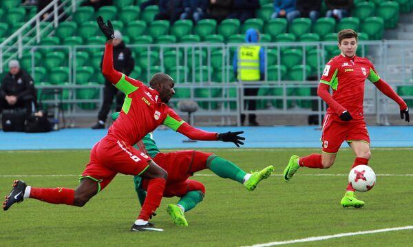 Игроки ФК Уфа Кеинде Фатай (слева) и Дмитрий Стоцкий