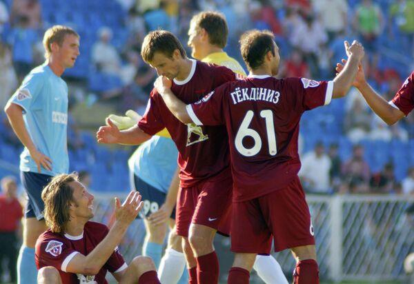 Сергей Семак и Гекдениз Карадениз (в центре слева направо), архив, 2009 год