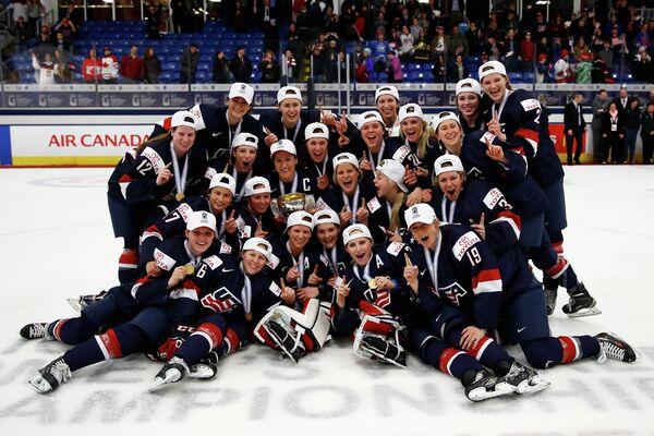 Женская сборная США по хоккею после победы на чемпионате мира 2017 года