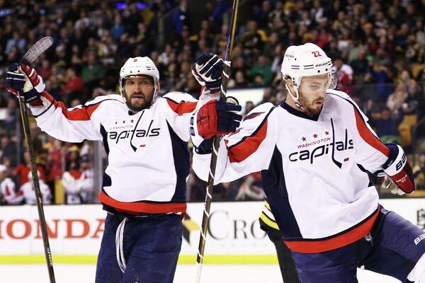 Хоккеисты Вашингтон Кэпиталз Кевин Шаттенкирк (справа) и Александр Овечкин