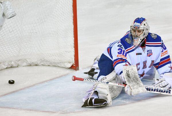 Вратарь СКА Игорь Шестёркин