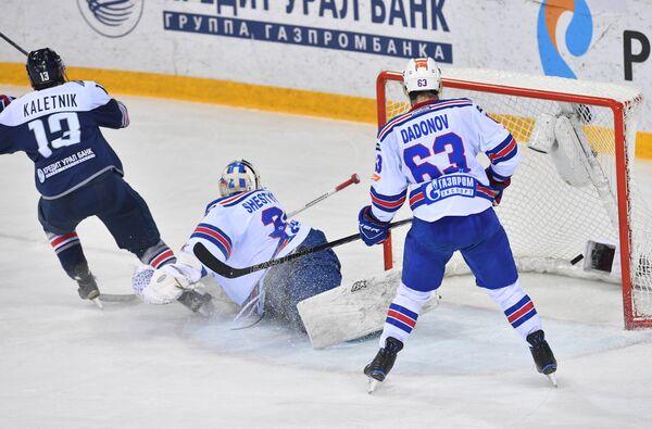 Нападающий Металлурга Владислав Калетник (слева), вратарь СКА Игорь Шестёркин, нападающий СКА Евгений Дадонов (слева направо)