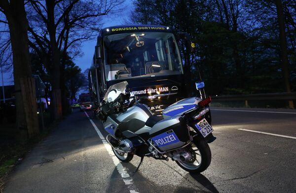 Полицейский мотоцикл возле автобуса дортмундской Боруссии. Фото с места событий