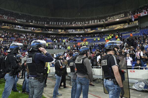 Полицейские на матче Лиги Европы между Лионом и Бешикташем