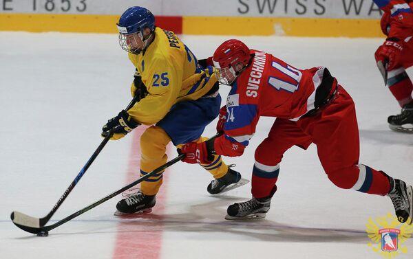 Нападающий юниорской сборной России по хоккею Андрей Свечников (справа)