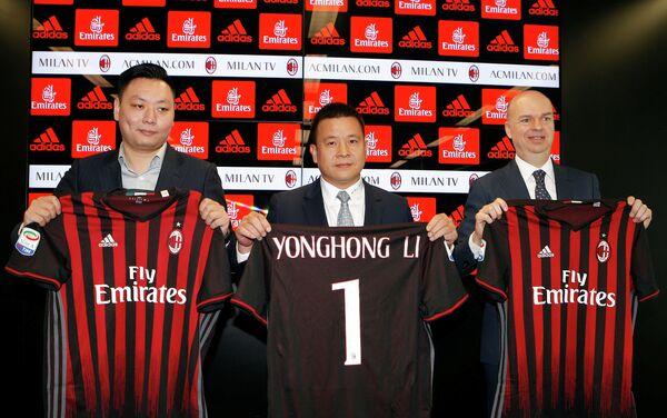 Президент футбольного клуба Милан Ли Юнхун (в центре)