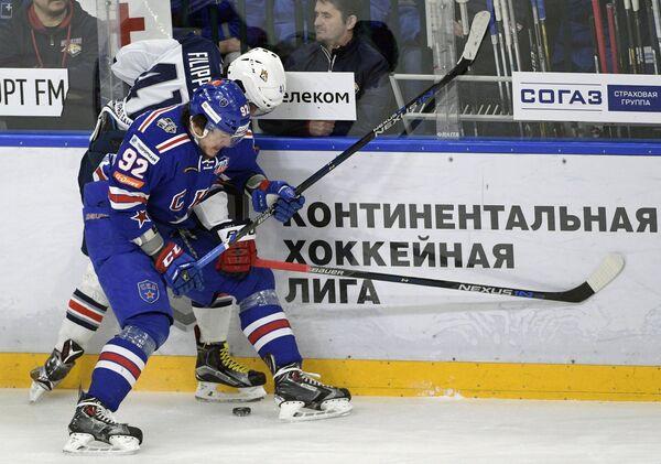 Нападающие СКА Александр Дергачёв (слева) и Металлурга Томаш Филиппи