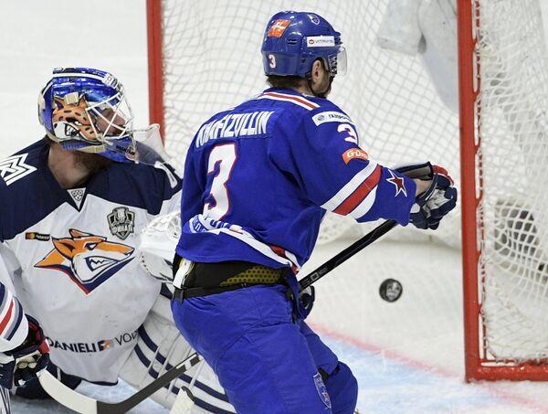 Вратарь Металлурга Василий Кошечкин (слева) и защитник СКА Динар Хафизуллин