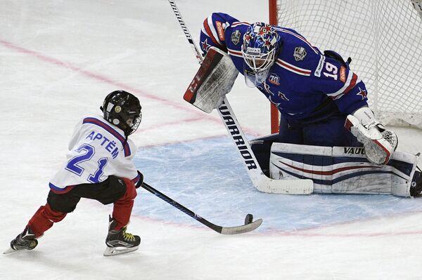 Вратарь СКА Микко Коскинен (справа)