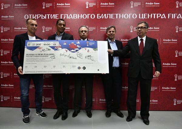 Денис Глушаков, Жилберту Силва, Виталий Мутко, Филипп Ле Флок и Петр Авен (слева направо)