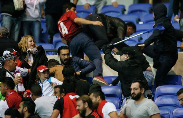 Беспорядки на трибуне перед матчем Лион - Бешикташ