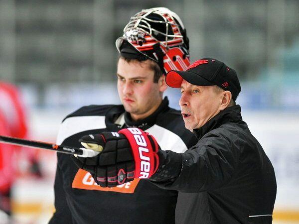 Тренер Авангарда Николай Мишин (справа)