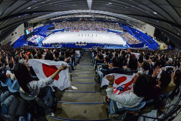 Зрители во время произвольной программы у мужчин на командном чемпионате мира по фигурному катанию