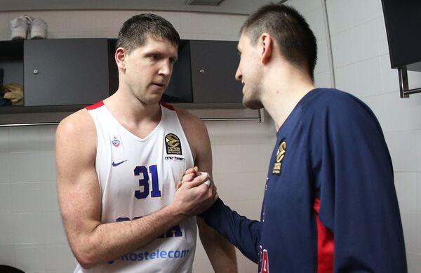 Форвард ПБК ЦСКА Виктор Хряпа (слева)