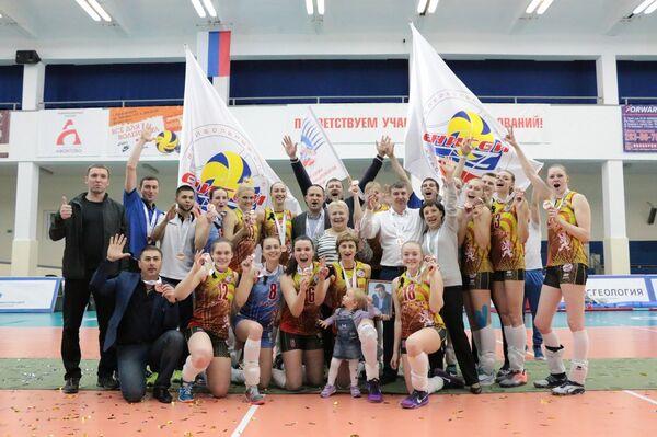 Игроки и тренерский штаб женского волейбольного клуба Енисей