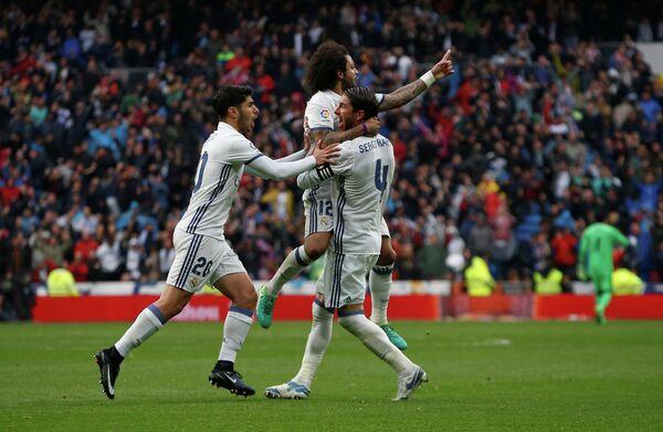 Футболисты мадридского Реала радуются забитому мячу Марсело