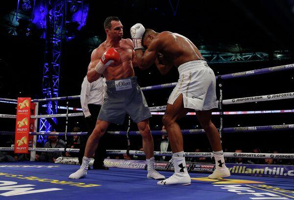 Украинский боксер Владимир Кличко и британец Энтони Джошуа (слева направо)