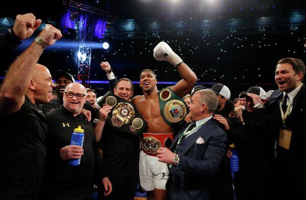 Британский боксер Энтони Джошуа (в центре)