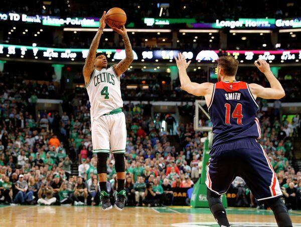 Защитник клуба НБА Бостон Селтикс Айзея Томас (слева)