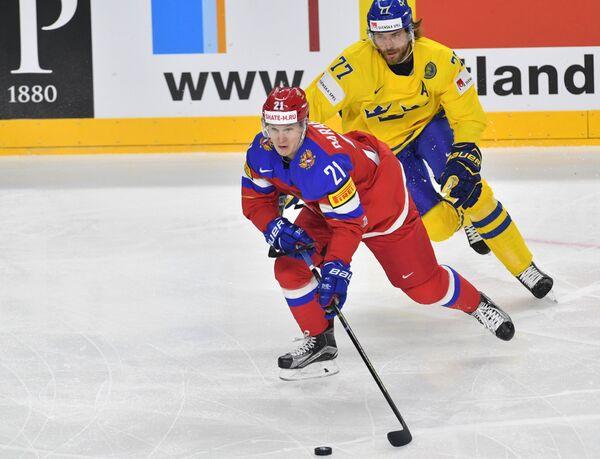 Форвард сборной России Александр Барабанов (слева) и защитник сборной Швеции Виктор Хедман