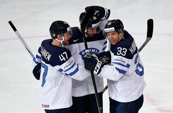 Хоккеисты сборной Финляндии Вилле Лаюнен, Оскар Осала и Маркус Ханникайнен (слева направо)