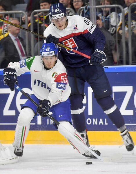 Защитник сборной Италии Лука Дзанатта (слева) и нападающий сборной Словакии Павол Скалицки