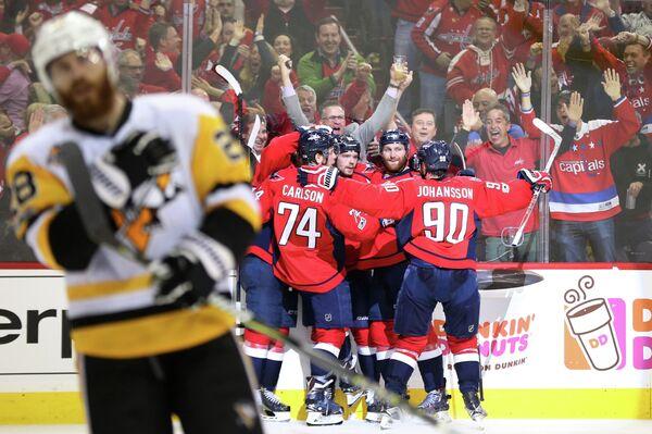 Хоккеисты Вашингтона радуются заброшенной шайбе в матче с Питтсбургом