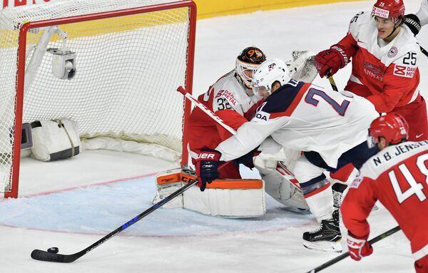 Игровой момент матча США - Дания