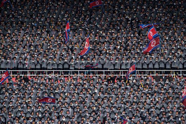 Болельщики сборной Северной Кореи на стадионе имени 1 мая в Пхеньяне