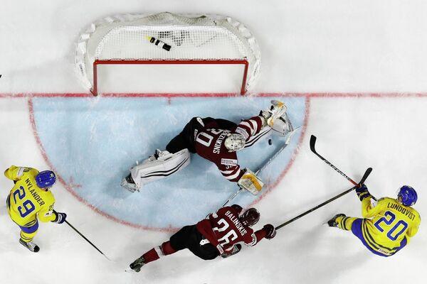 Игровой момент матча группового этапа чемпионата мира по хоккею-2017 между сборными Швеции и Латвии