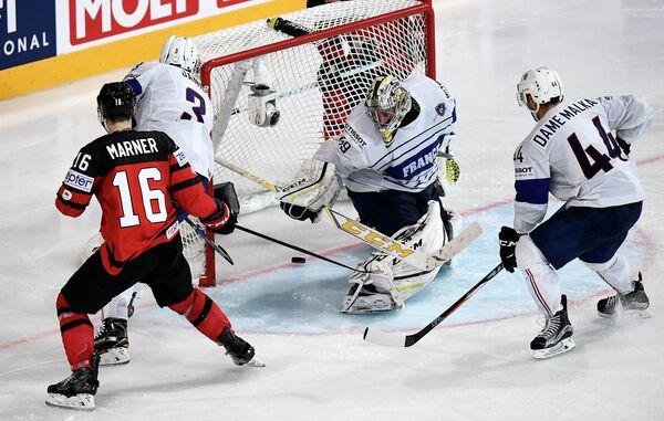 Игровой момент матча группового этапа чемпионата мира по хоккею-2017 между сборными Франции и Канады