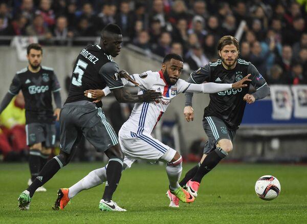 Игровой момент ответного полуфинального матча футбольной Лиги Европы между французским Лионом и голландским Аяксом
