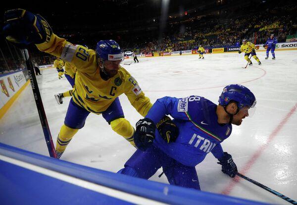 Игровой момент матча группового этапа чемпионата мира по хоккею-2017 между сборными Швеции и Италии