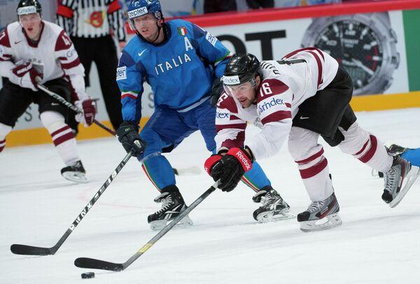 Защитник сборной Италии по хоккею Александр Эггер (в синей форме)