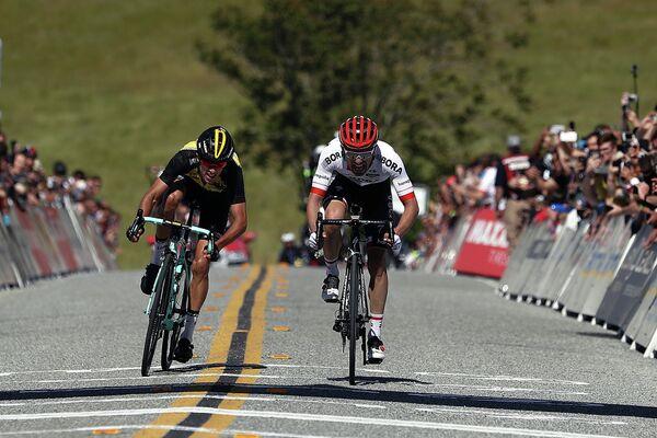 Рафал Майка (справа) и Джордж Беннетт на финише второго этапа велогонки Тур Калифорнии
