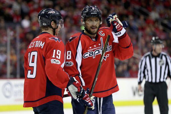 Хоккеисты Вашингтон Кэпиталз Никлас Бекстрём (слева) и Александр Овечкин