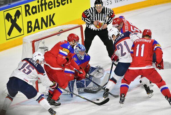 Игровой момент матча группового этапа чемпионата мира по хоккею-2017 между сборными России и США