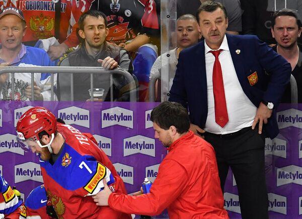 Главный тренер сборной России Олег Знарок (справа)
