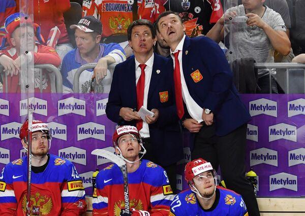 Тренер сборной России Харийс Витолиньш и главный тренер сборной России Олег Знарок (слева направо на втором плане)